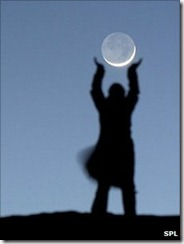 _48617719_c0042377-playing_with_the_moon-spl