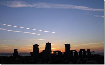 800px-Summer_Solstice_2005_Sunrise_over_Stonehenge_01